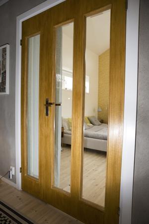 Dörrarna in till sovrummet är i bok. De har fått nytt glas och betsats i teakfärg.