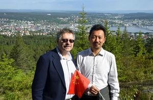 Här är duon som ska försöka locka kinesiska turister till Sverige och Sundsvall; Rolf Blomkvist och kollegan Sun Lei från Beijing.