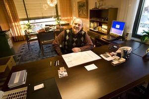 Tar inte betalt. Stefan Hedin har lagt ned sitt konsultföretag och övergått till att jobba gratis åt uppdragsgivarna. Därmed är förra kommunalrådet berättigad full visstidspension från Sandvikens kommun, i hans fall för närvarande 32 358 kronor i månaden.