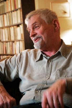 Kritisk. Förre kanalchefen, saxdalsprofilen Bengt Emil Johnson, konstaterar att makten över P2 koncentrerats till en enda befattning och att redaktionerna numera