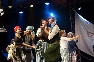 De flesta ungdomarna var överens om att festscenen var teaterns höjdpunkt. Eller i alla fall den roligaste scenen att spela.