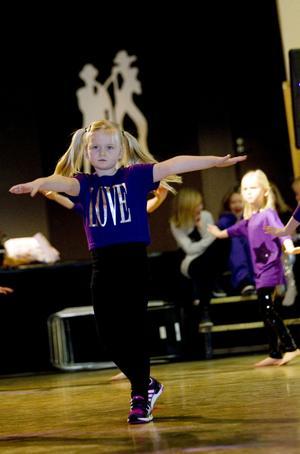 – Allt! svarade sexåriga Titti Hedberg från Strömsbro på frågan vad som är roligast att dansa.