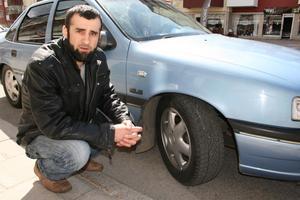 Vägrar betala böter. Abdul Duishvili lånade ut bilen till sin bror som stoppades av polisen. De ville ge honom 1 200 kronor i böter för att han kört med olagliga vinterdäck efter 16 april. Men Abdul är säker på att hans året runt-däck är tillåtna på sommaren och bröderna har vägrat betala.