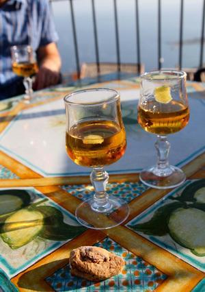 Mandel är en viktig ingrediens på Sicilien, här i form av mandelvin och en mandelkaka.