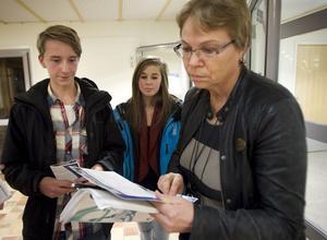 Joel Sund och Emilia Sundberg fick vägledning av rektor Gunbritt Johansson.