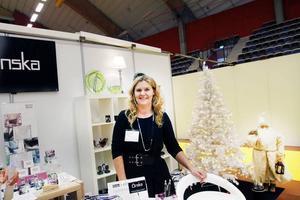 """Tjuvstartar julen. Maria Dahlqvist på Önska i Sandviken har tjuvstartat julen och pyntat med både tomte och julgran i sin monter. """"Jag är här för att visa upp mig för andra företag framför allt"""", säger hon."""