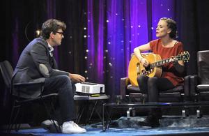"""Musikprat. Niklas Strömstedt intervjuar Annika Norlin i SVT:s nya musikaliska talkshow """"Tack för musiken""""."""