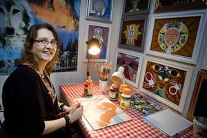 Helena Vigerlund på sitt kontor, där hon målar och surfar på internet. Kanske blir det också en bok snart om hennes liv.