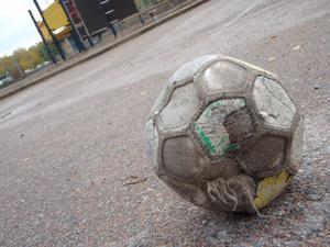 Skolan stänger för sommaren, kvar på skolgården ligger en ensam, sliten fotboll.
