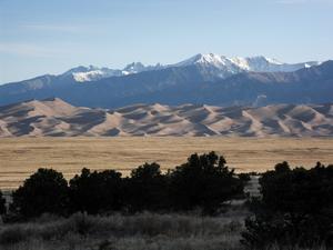 En vacker majmorgon på högslätten San Louis Valley som ligger i södra Colorado på ca 2500 m höjd över havet. Uppe i nordöstra hörnet av högslätten har det blåst ihop sanddyner med en höjd på ca 300 m. I bakgrunden synd de mäktiga Klippiga Bergen med en höjd på ca 5000 m. En helt underbar plats att besöka och ta sig en promenad bland sanddynerna.