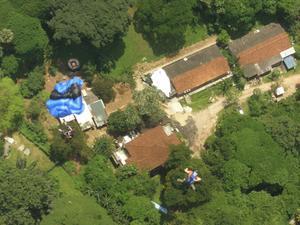 Bild tagen från restaurangen i TV-tornet, Kuala Lumpur, lördag den 8 oktober 2010. En av hopparna har ännu inte utlöst sin fallskärm. Vi är på resa med Peter Wiik och Omniaresor.