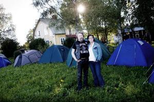 Att ta hand om tält som annars skulle ha slängts bort innebär en ganska liten arbetsinsats för att hjälpa andra människor. Det tycker Christer Nilsson och Carin Holmgren.