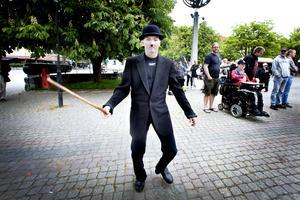 Den årliga karnevalen gick genom Sandviken på torsdagen och fick besök av Charlie Chaplin.