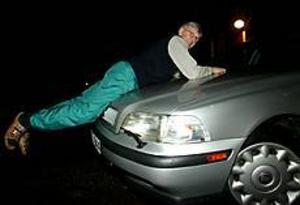 Foto: ANNAKARIN BJÖRNSTRÖM Orädd. 77-årige Nisse Broberg ilsknade till när han på sin gård ertappade två tjuvar i färd med att stjäla hans sommardäck. Utan att tveka hoppade han upp på motorhuven till tjuvarnas bil. I en halv kilometer hängde han sig kvar på bilen som krängde fram och tillbaka. Han visar hur det gick till på sin egen bil.