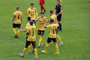 Alistair Forster jublar tillsammans med bland andra Daniel Björkman efter skottens 3–0-mål i sergern mot Skiljebo SK på Trängens IP.
