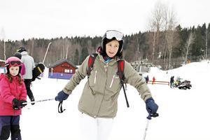 """Louise Holm, 7 år, och mamma Michele Holm från Älvsjö besöker Kungsberget varje år. """"Vi tycker att det är jättebra här"""", säger Michele Holm."""