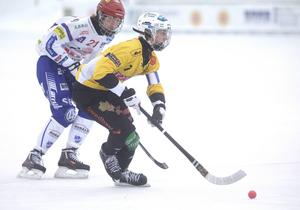 Brobergs Edvin Wigren och Kungälvs Lucas Widman i kamp om bollen på Hällåsen i Söderhamn.