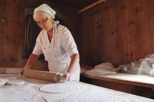 Aina Lind kavlar ut väldigt goda Ovanåkers mjukbulla som ska in i den vedeldade ugnen. – Jag tror det här är sjunde året vi är här, jag kavlar och syrran gräddar, sade hon.