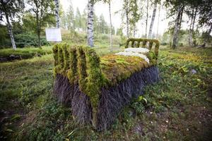 Mossbädd. Utställaren Ingela Frank fick idén på en mässa och hittade därefter en passande järnsäng på vinden att klä in i mossa och björkris.
