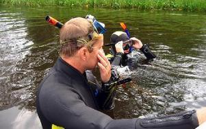 Jonas Örnborg (t v) och Tina Kyrkander genomförde dykningarna och författade länsstyrelsens rapport om den oönskade musselarten som etablerat sig i Kårtyllasjöarna i Torsånt.
