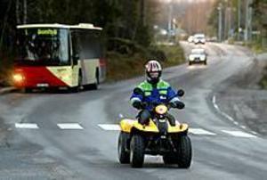 Jacob Gustafsson älskar sin fyrhjuling. Den är registrerad som EU-moped och ska därför köras på vägen bland         övrig trafik. Den får inte köras på cykelbana. Jacob har Aspbergers syndrom, men är en glad kille som älskar att åka omkring med sin fyrhjuliga EU-moped. Men han blir ledsen när andra trafikanter försöker tvinga honom att försvinna från vägen. Foto: ANNAKARIN BJÖRNSTRÖM
