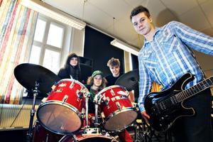 Hyllar queen. Ett musikaliskt möte mellan rock och klassisk musik äger rum i Sandviken på söndag och måndag. Då hyllas gruppen Queen av sammanlagt 120 musiker och sångare med solisten Magnus Bäcklund som ansvarig för de höga tonerna. Från Kulturskolan kommer Alex Ärnström, 16, på gitarr, Fredrika Lundkvist, 16, som sjunger, Johan Pettersson, 17, på trummor och Fredrik Ahnlén, 16, på piano, att står för kompet.