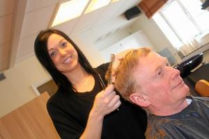 Silverstadens lagkapten Josefin Pettersson är till vardags frisör i Sala. Här friserar hon Jörgen Stahre från Grällsta. Foto: Niclas Bergwall