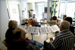 Med fler frivilliga kommer fler träffpunkter som den här på Patricia att kunna öppnas utanför Hudiksvall.I onsdags fick dem som ville spela och sjunga tillsammans med Kôrven.
