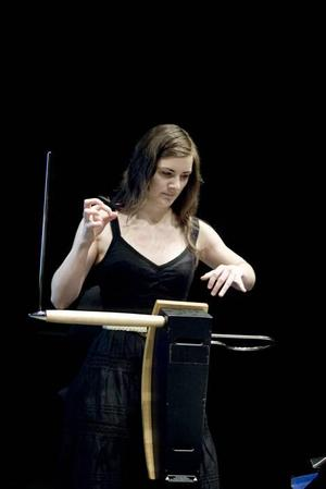 Magiskt instrument. Thereminen har antenner och elektromagnetiska fält! Solisten heter Carolina Eyck.