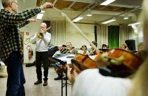 En konsert börjar ta form. Magnus Marcks håller i taktpinnen och Waldemar Swiergiel är trombonsolist när Orkesterföreningen repeterar i kulturskolans stora sal på tisdagskvällen.