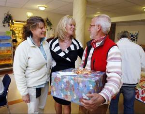 Företagaren Kjell Dannevall med fru Nina kom med ett stor paket.– Det var jag som vigde dem en gång i tiden, berättar Elisabet Sjöström.