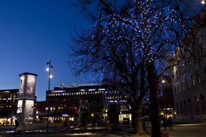 JULBELYSNING. Stortorget i Gävle inför julen.