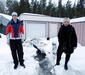När Erik Norberg var ute på promenad med hunden såg han hur en mindre flod rann rakt mot grannen Lotta Pändels garage.