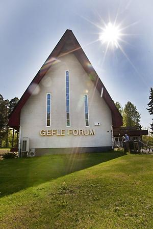 Flytad skylt. Gefle Forum-skylten har flyttats från den gamla fastigheten nere på stan. Busshållplatsen heter dock fortfarande Trädgårdsskolan, fråganär hur länge till?