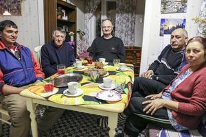 Kvällsfika hemma hos Ingemar Tjärnås i Glissjöberg, med från vänster Vench, Kostia, Georgi och Dochka från Bulgarien.