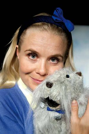Spelar om döden: Stina Zacco som Lisa med marsvins-Herr Muffin & Ove Andersson som människo-Herr Muffin i Skottes nya barnföreställning.