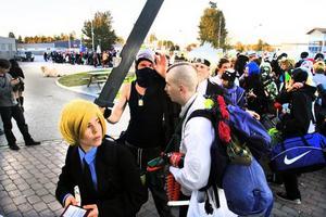 """FÖRST I KÖN. 14-åriga Arvid Edström från Uppsala, klädd i gul peruk och kostym, stod längst fram i den 150 meter långa kön när dörrarna öppnades klockan 18. """"Jag har köat sedan åtta i morse. Jag vill vara säker på att få en bra plats där inne."""""""