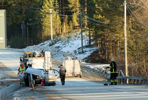 En bil fastnade i ett vägräcke efter en singelolycka på lördagseftermiddagen.
