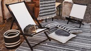 Vävstolen finns över hela världen och liknande mönster har        utvecklats samtidigt på vitt skilda platser. Här grafiska mönster i svart och vitt, från Granit.