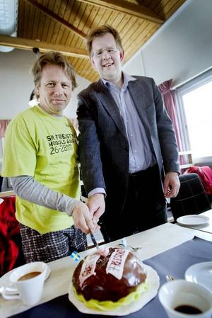 firar. Jonas Lundblad och Bert-Ola Dahlgren firade sitt framtida samarbete med tårta.
