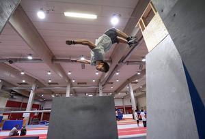 Efter att ha tagit ett språng mot väggen gör Vincent Johnsson en stor volt och landar smidigt på golvet igen.