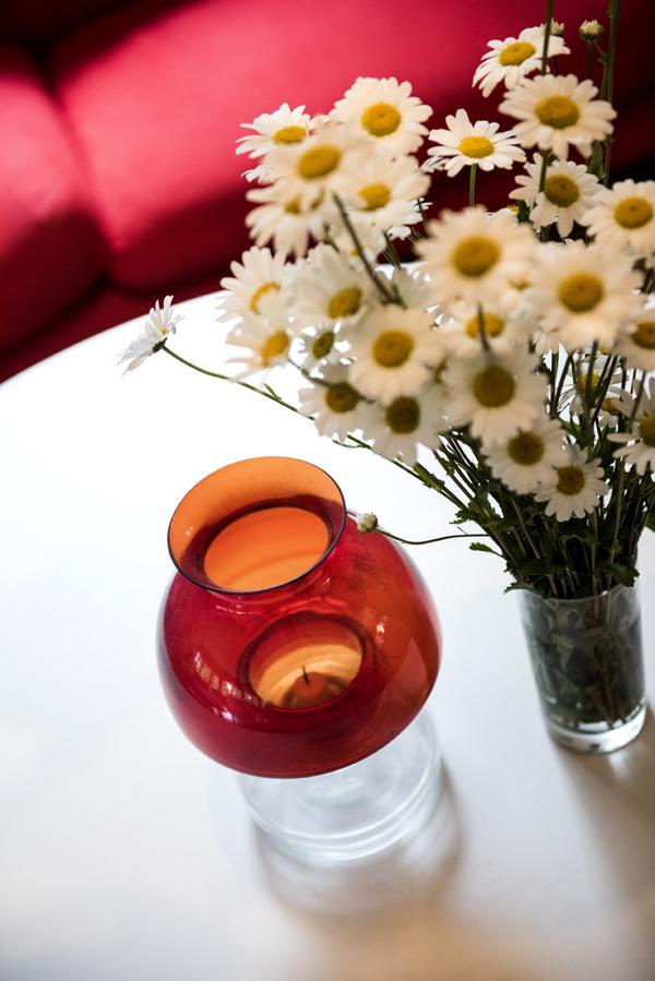 På bordet i vardagsrummet står glaslyktan Apolloav finländska formgivaren Nanny Still för Riihimäen Lasi.