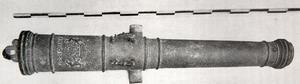 Stycke, trepundare gjuten 1665 hos Mich. Meyer, Stockholm som fortsatte gjuta kopparkanoner  när tillverkningen upphörde i Falun 1649.