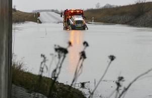 En polisbil som fastnat i vattnet på väg 108 utanför Lund bärgas