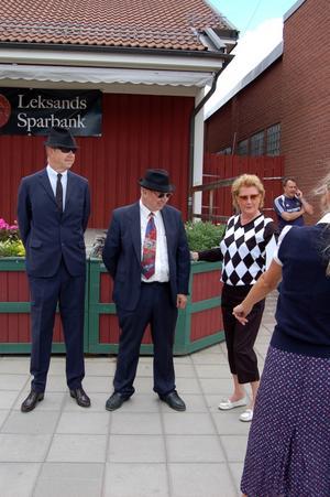 Utslagningsfrågan. Biltjejerna kollade noggrant in längd och vikt på Johan Mats och Roland Pettersson. Foto:Linnea Kallberg