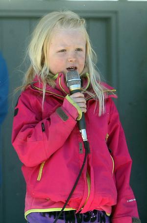 Kajsa Edholm gick upp på scenen och sjöng