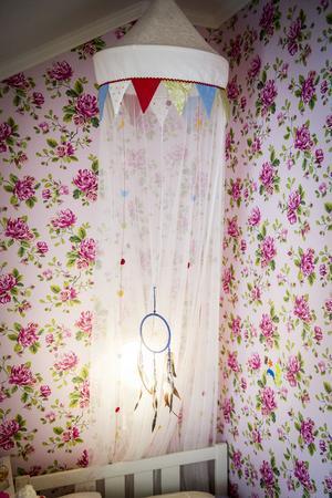 I mellanbarnets rum blommar väggarna i härlig rosa.