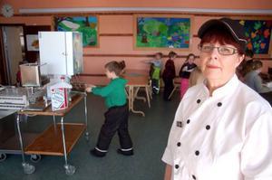 """""""Jag förstår ingenting. Ingen har sagt till mig att maten ska hålla dålig kvalitet"""", säger Britt-Marie Lybäck, kökschef på Treälvsskolan i Lit."""