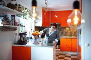 När Therese Boman och hennes sambo tog över 50-talsvillan i Forssa i Borlänge gav de sig genast i kast med köket. De valde en köksfärg som inte vem som helst hade valt.