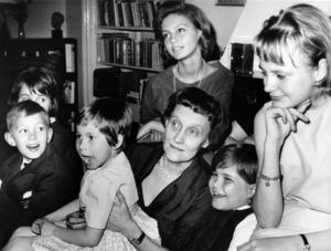 Astrid Lindgren och barn från
